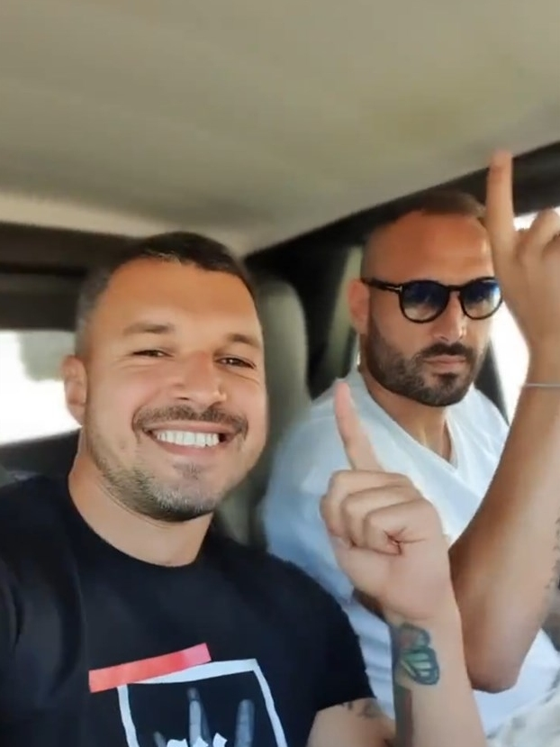Валери Божинов отново пропя в автомобил. Години след като изпълни