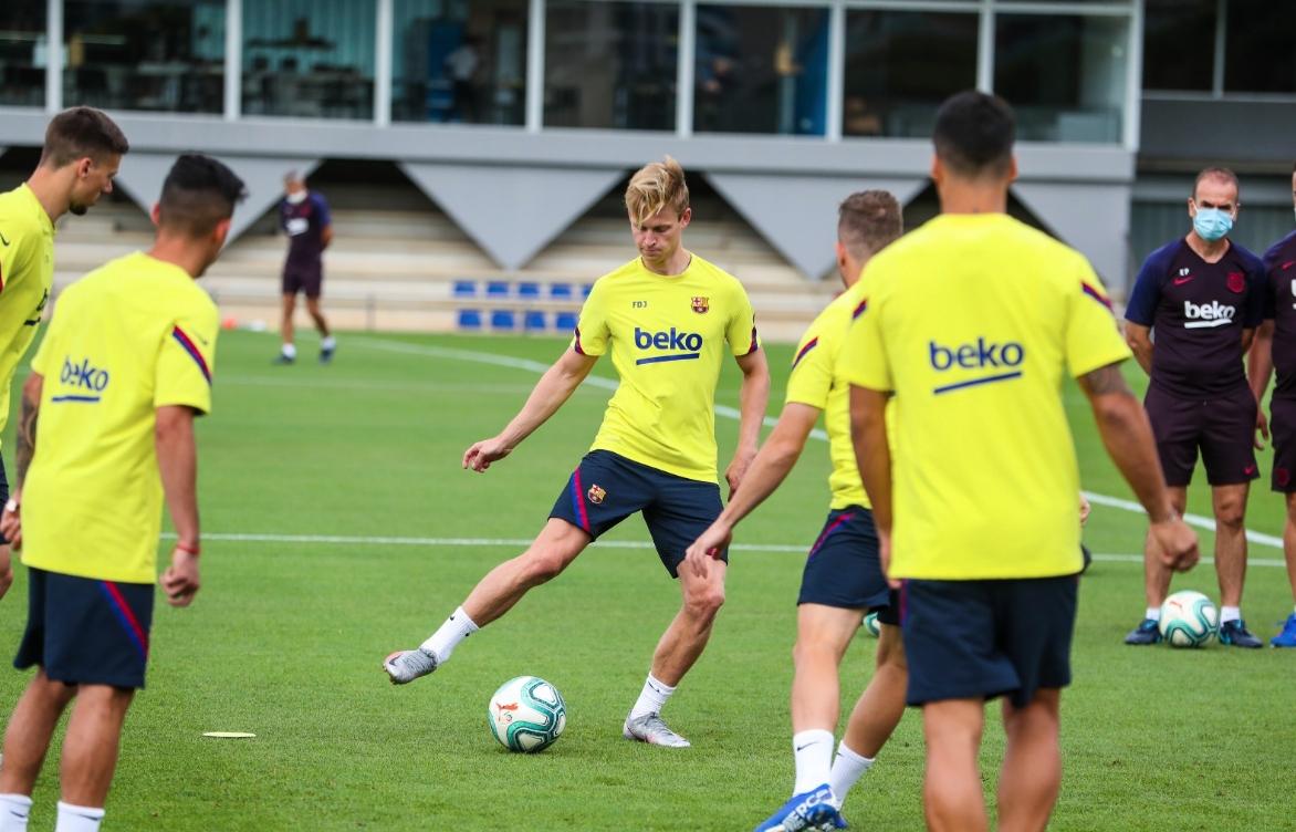 Халфът на Барселона Френки Де Йонг се завърна към отборните
