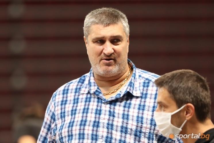 Президентът на Българската федерация по волейбол Любо Ганев изгледа на
