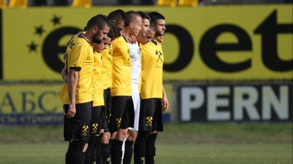 Единадесет футболисти от Миньор (Перник) са дали положителни проби за