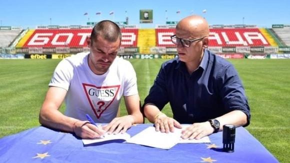 Двама футболисти преподписаха договорите си с Ботев (Враца) и ще