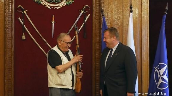 Министърът на отбраната Красимир Каракачанов награди днес, 13 юли, футболната