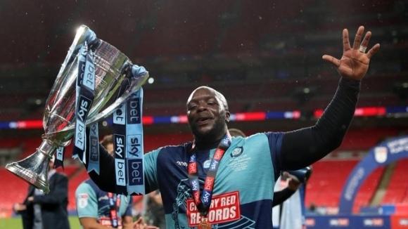 Култовият герой на английските футболни привърженици Адебайо Акинфенва се замеси