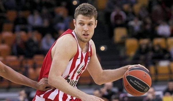 Преди седмица Александър Везенков официално подписа нов договор с Олимпиакос.