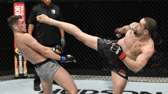 Бившият шампион в средна категория Робърт Уитакър (21-5 MMA, 12-3