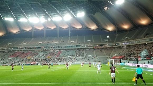 Футболните фенове се завърнаха по трибуните в Република Корея, след