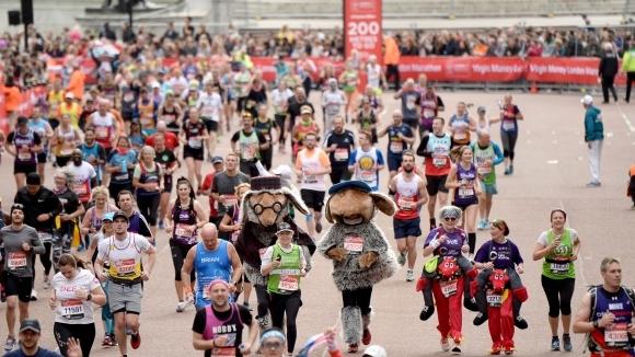Масовото участие на бегачи-любители в тазгодишното издание на Лондонския маратон