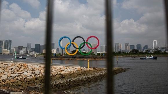 Двама служители на организационния комитет на олимпийските игри в Токио