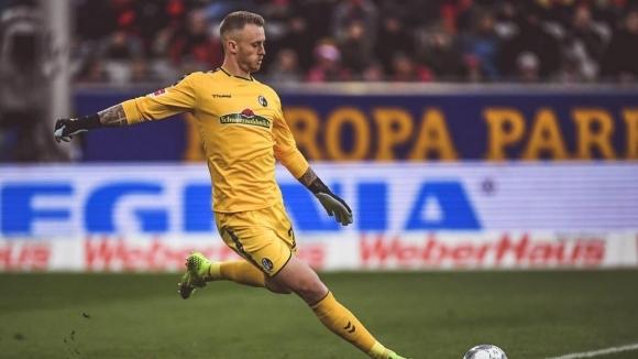 Фрайбург продължи договора на вратаря Марк Флекен, потвърдиха от елитния