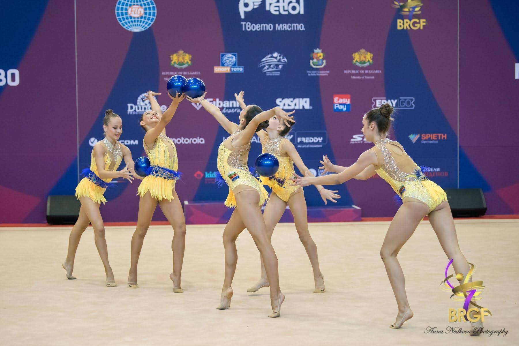 Националният ансамбъл за девойки изигра демонстративно композицията си с пет