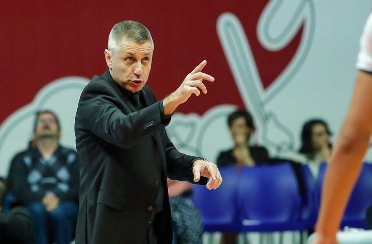 Българският старши треньор на Верона Радостин Стойчев говори след началото