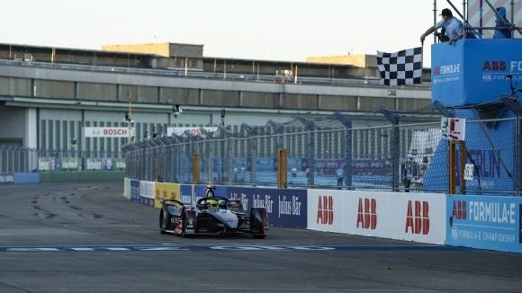 Пилотът на Nissan Оливър Роулънд записа своята първа победа във