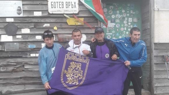 Съученици на Трифон Иванов изкачиха в негова чест връх Ботев.