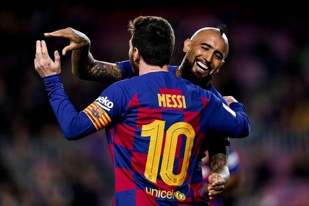Звездата на Барселона Лионел Меси се сбогува с Артуро Видал,