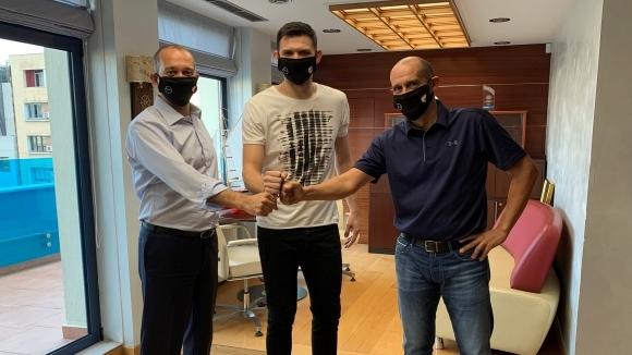 Олимпиакос заключи гръцкия национал Костас Папаниколау с договор за следващите