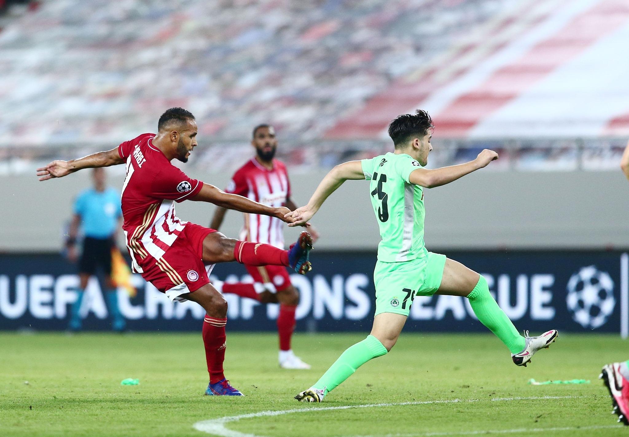 Отборът на Олимпиакос взе комфортен аванс след победа у дома