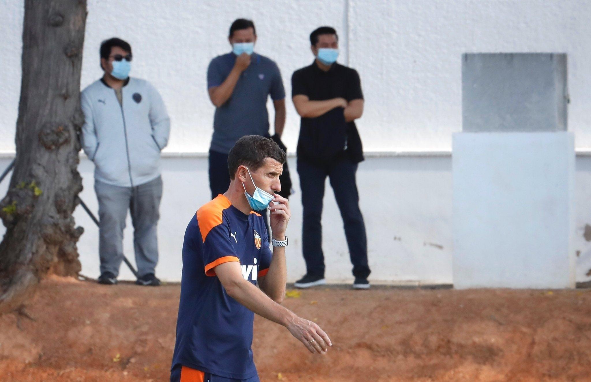 Наставникът на Валенсия Хави Грасия ръководи тренировката на отбора днес.