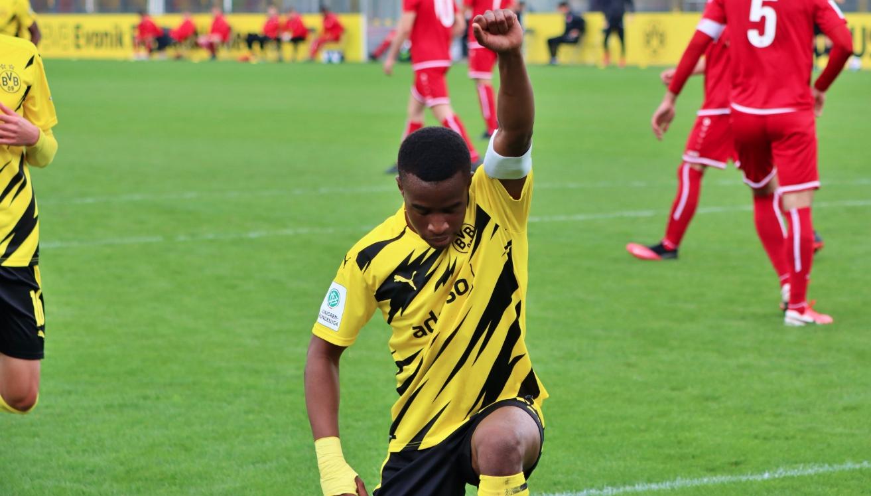 Детето-чудо в школата на Юсуфа Мукоко вкара нови четири гола