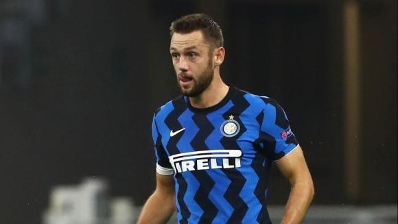 Защитникът на може да продължи договора си с клуба, съобщава