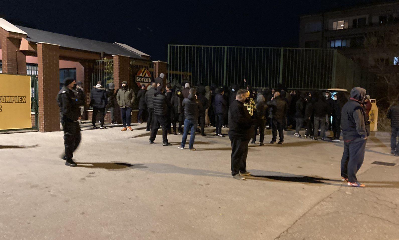 Фенове на Ботев обградиха базата в Коматево, където чакаха играчите,