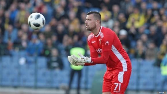 Националът Мартин Луков преподписа договора си с Локомотив (Пловдив).