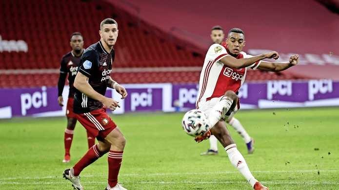 Аякс спечели дербито с с 1:0 и затвърди позицията си