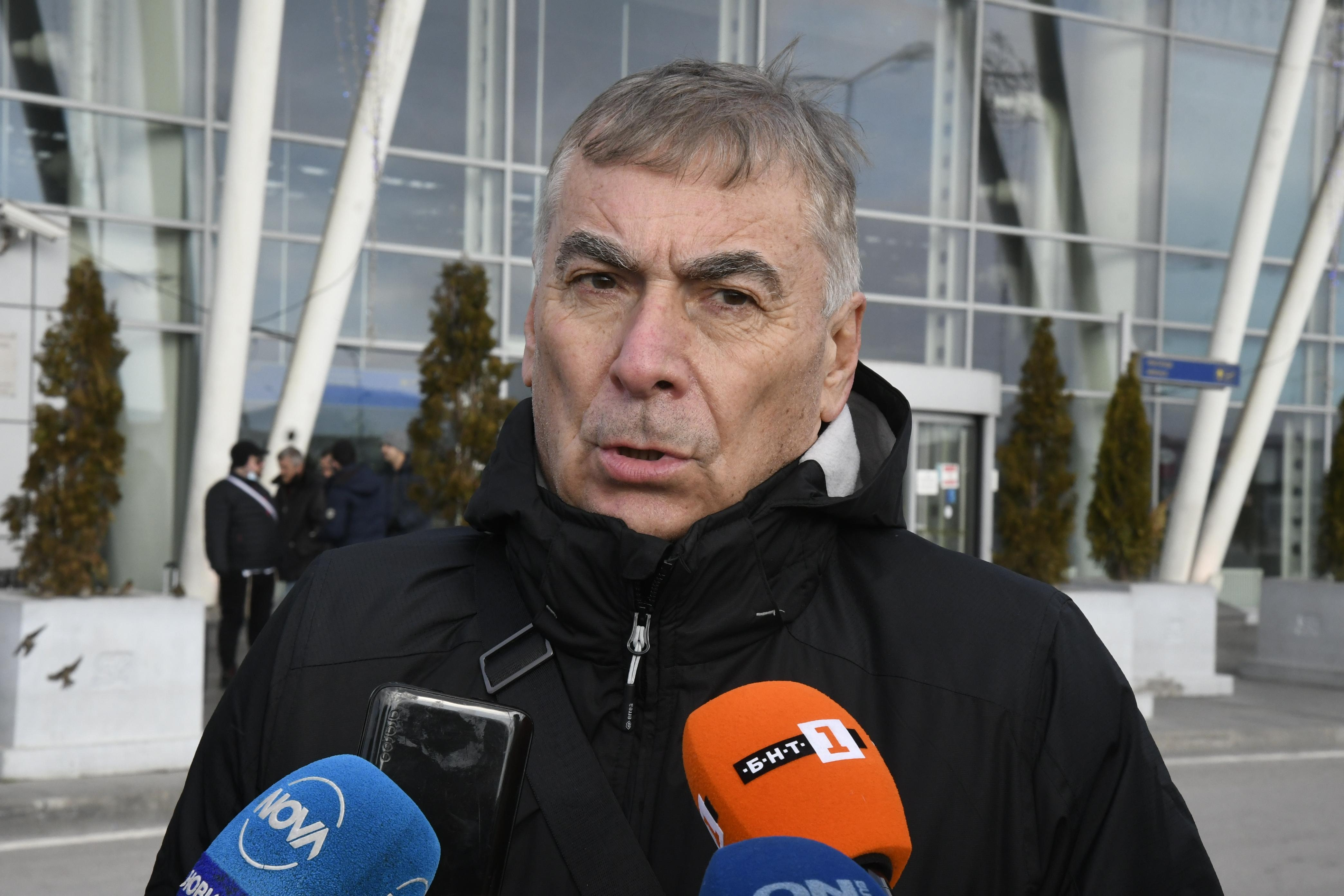 Селекционерът на България Сливно Пранди говори пред медиите не летище