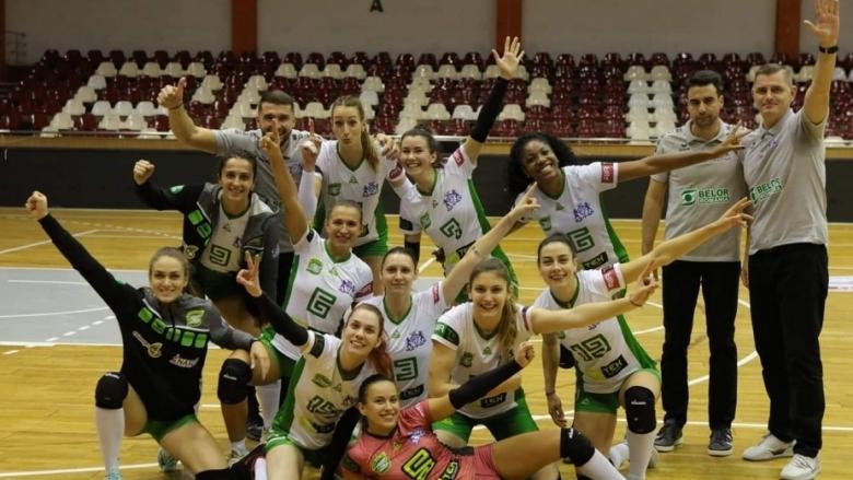 Волейболният отбор на Белор (Галац), в който играят българките Борислава