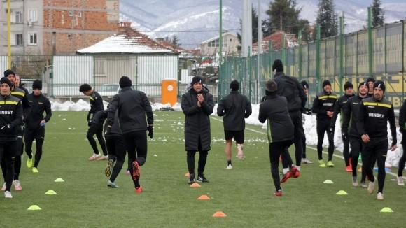 Отборът на Ботев (Пловдив) продължава тренировките и въпреки студеното време