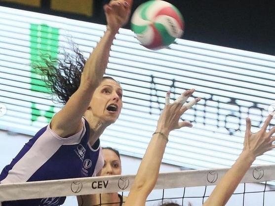 Българските волейболистки Ева Янева и Александра Георгиева и тимът на
