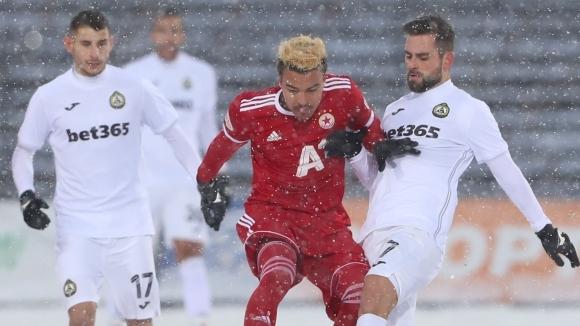 Атакуващият играч на Славия Питър Макрилос беше избран за Играч