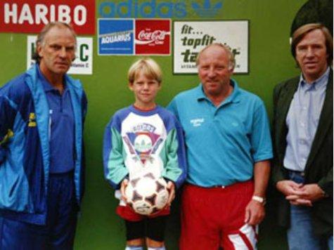 8-годишният Бастиан позира за снимка с Франц Рот, Уве Зеелер и Гюнтер Нетцер