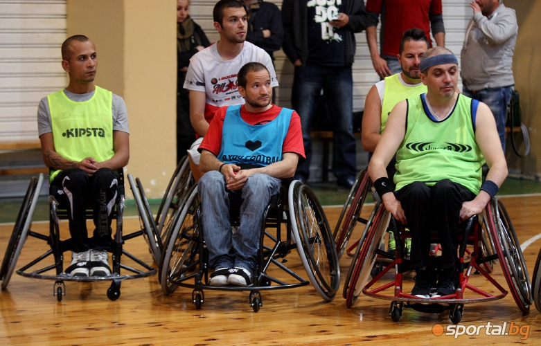 Красен Кралев връчи инвалидни колички за баскетбол на спортисти в неравностойно положение