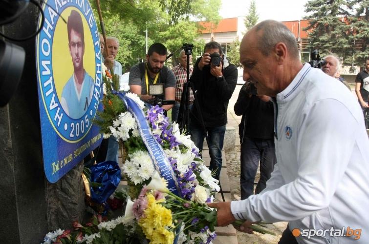 Поднасяне на цветя пред паметника на Гунди