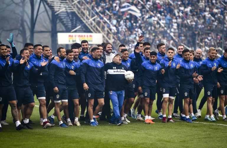 Посрещнаха Марадона като месия в Аржентина