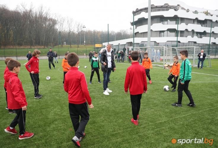 Футболист №1 на България Кирил Десподов дари топки на футболни школи
