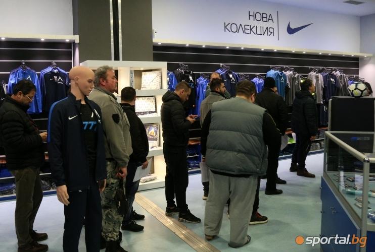 """Феновете на """"Левски"""" на опашка за абонаментни карти"""