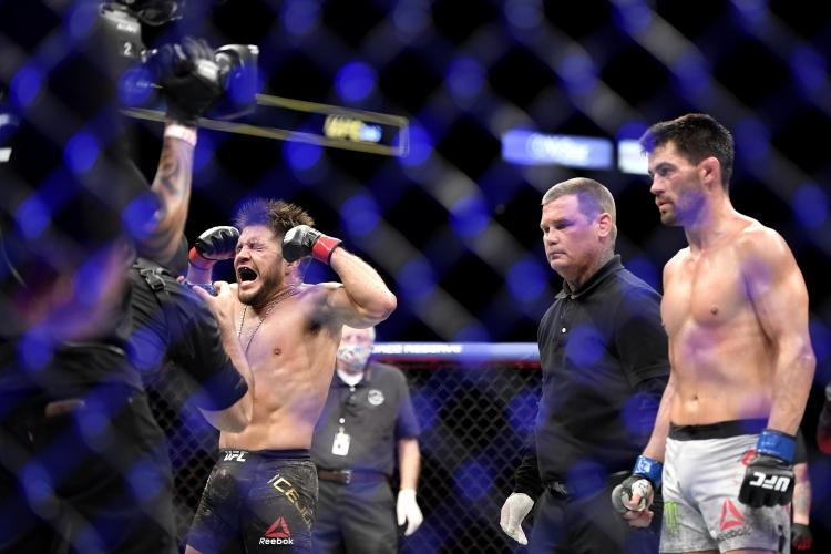 Хенри Сехудо надви Доминик Крус в битка на легендите и се оттегли от UFC