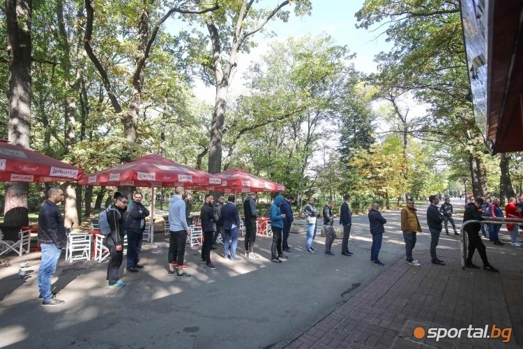 """Опашка за билети пред касите на стадион """"Българска армия"""""""