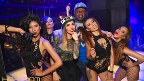 Кевин Джонсън купонясва с разголени балерини