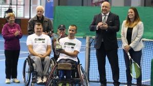 Награждаване на победителите в турнир по тенис за хора с увреждания