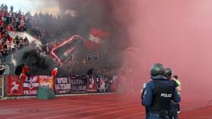 Феновете на червените по време на дербито