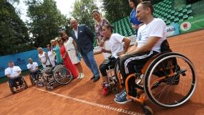 Министър Красен Кралев връчи инвалидни колички на състезателите по тенис  за хора с увреждания