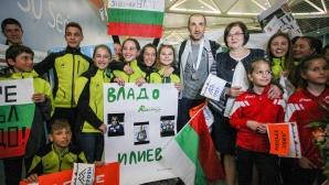 Десетки посрещнаха Владимир Илиев на летище София
