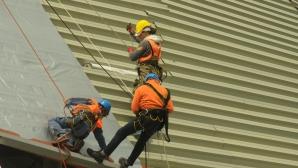 """Алпинисти поставят хидроизолация върху покрива на зала """"Арена Бургас"""""""