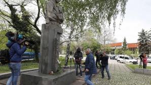 """ПФК """"Левски"""" поднесе венци и цветя на паметника на Георги Аспарухов"""