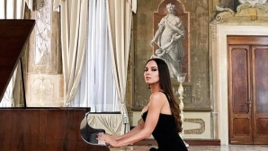 Сексапилната Лола Астанова