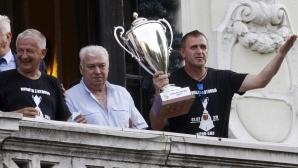 Локомотив ликува пред общината с купата