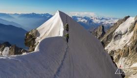 Деликатно и въздушно преминаване на фирнов ръб. Kuffner Ridge