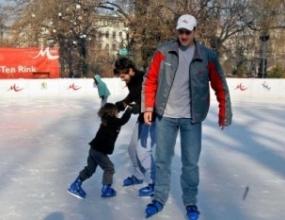 Петър Стойчев изпробва ледена пързалка